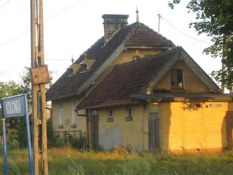 Żółty domek stacji kolejowej w Kolonii