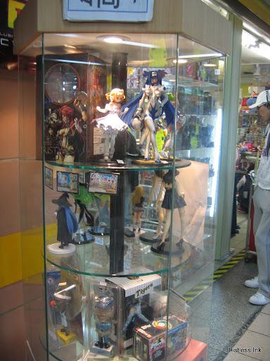 Taipei Underground Mall 台北地下街 figure display