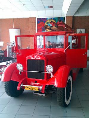 Старая пожарная машина в музее