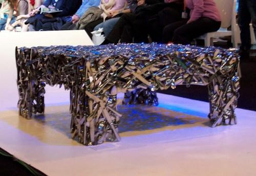 mesa con cubiertos reciclados decoracion fitur