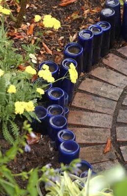 reciclar botellas de cristal como decoracion de jardin