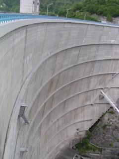 右岸より下流側堤体を望む
