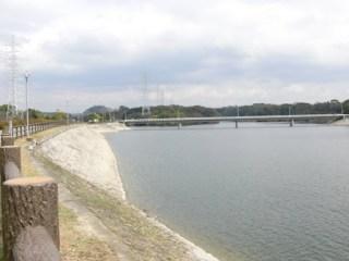 左岸よりよりダム湖側堤体、ダム湖を望む