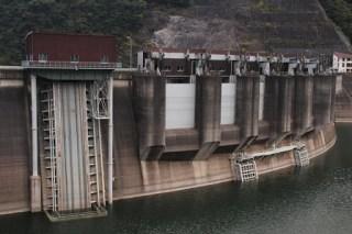 左岸ダムサイトよりゲート群を望む