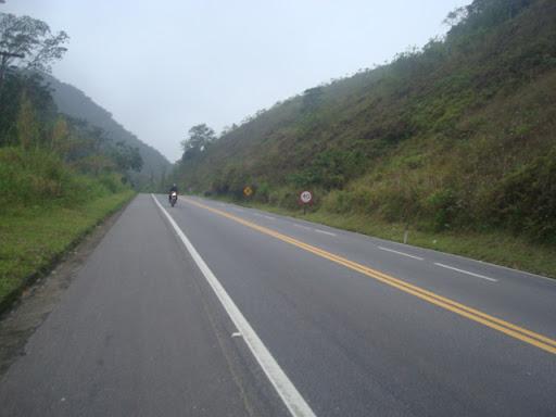 Em subidas, perde-se o acostamento da  direita. Por isso, optava por pedalar pelo acostamento do lado  esquerdo.