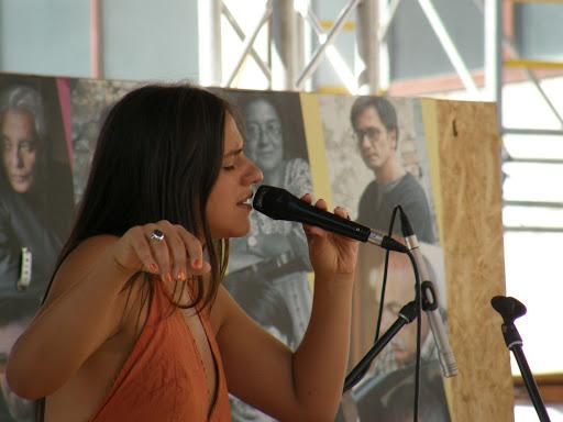 portré, dedikálás, fényképek,  könyvhét, ünnepi könyvhét, portrék, könyvvásár, 2010, Budapest, képek,  photos,  fotók,  pictures, V.kerület, 5. kerület, belváros, Palya Bea énekel