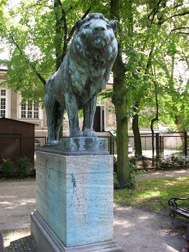Pomnik upamiętniający Roberta Jaeckla, dłuta wybitnego rzeźbiarza berlińskiego A. Gaula, odsłonięty w roku 1910