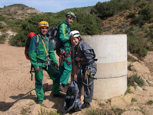 Wali, Mamen y Joaquin junto a la entrada de hormigón