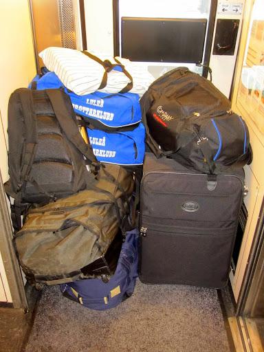 Fullt med bagage i vestibulen