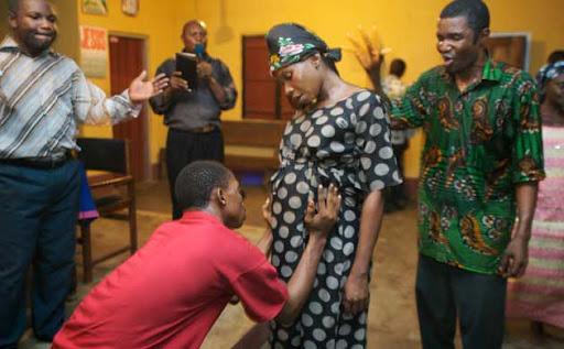 Feto de uma mulher é entregue durante um serviço meia-noite em Akwa Ibom. Fonte: http://guardian.com.uk
