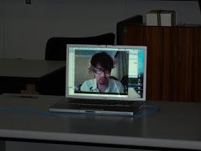 skypeで話すフライト山本さん
