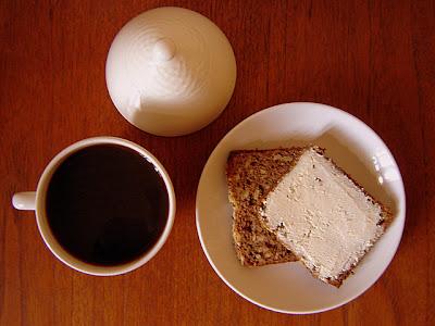 кафе кафява захар ябълков хляб крема сирене