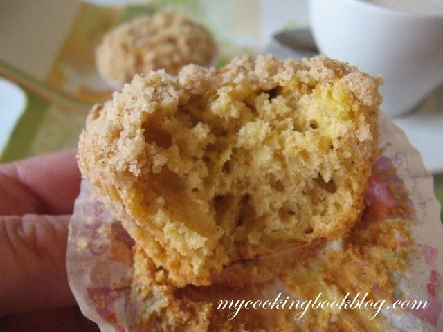 Топли кексчета с ябълки и хрупкав топинг