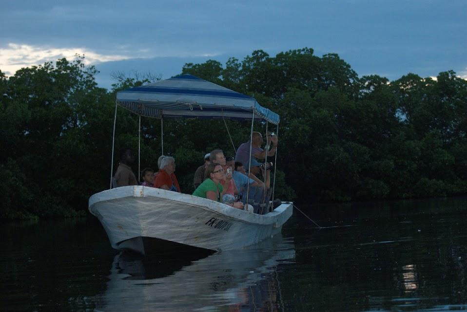 Barcas utilizadas por los hoteles de la zona para ofrecer las excursiones por el Delta del Saloum.