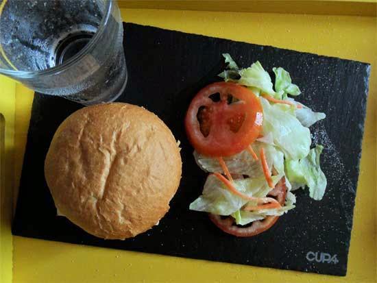 Hamburguesa en plato de pizarra.