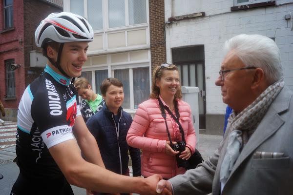 Willy Van Keirsbulck feliciteert Engelbert Van Keirsbulck na zege in 19e GP Hostekint voor nieuwelingen in Roeselare