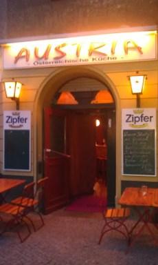 Blick auf den Eingang des Austria