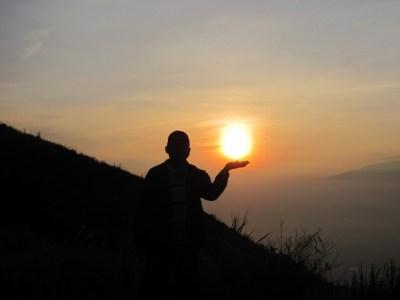 Saya meraih matahari di puncak gunung Penanggungan. Sebuah perjalanan pendakian ke gunung Penanggungan, 22-23 Desember 2012.