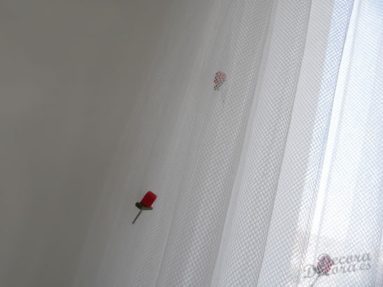 Decorar con rosas una cortina de visillo.