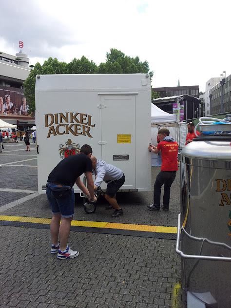Bild vom Positionieren des Bierwagens