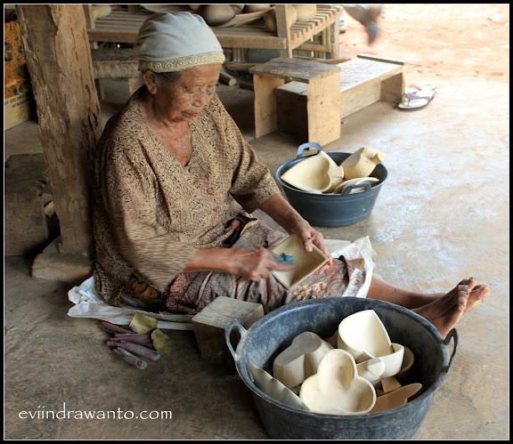 Ibu pekerja membuat topeng batik Bobung di Gunungkidul Yogyakarta