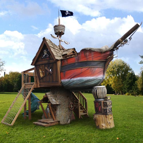 Casita del árbol con forma de barco pirata.