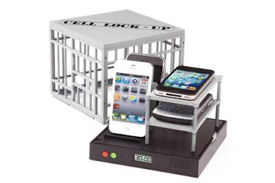 親友互動聚會暫時將手機關進監獄。