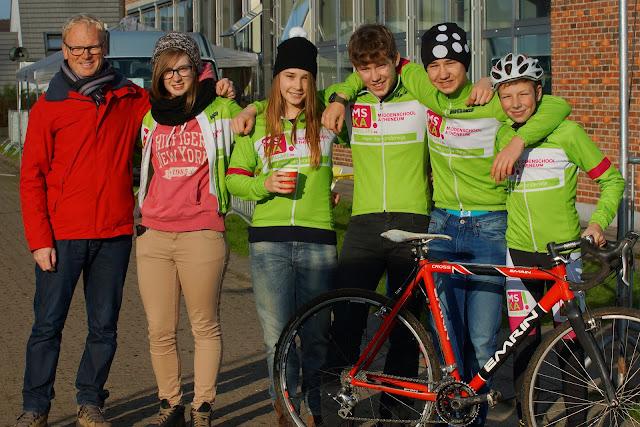 Fanzio Vanhorelbeke met leerlingen MSKA Roeselare, wielrennen op school