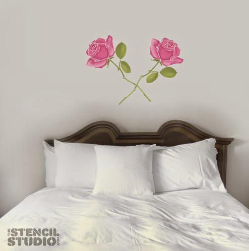 Dos rosas para decorar el cabecero.