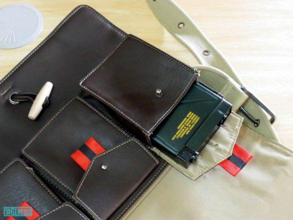 Comprobando que los bolsillos de la bandolera tienen el tamaño perfecto para la cajita de los dados.