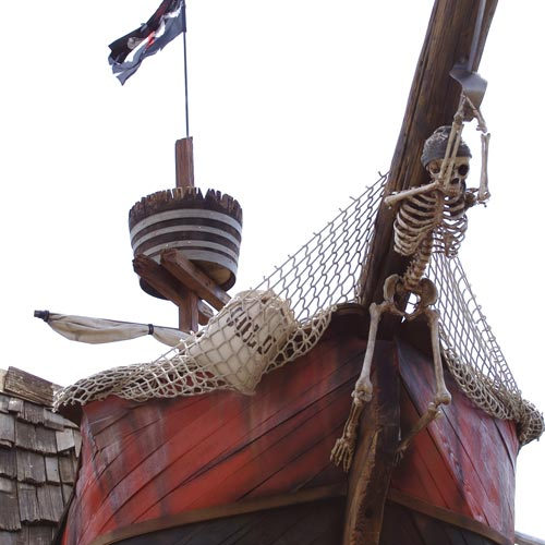 Casita de exterior para niños con forma de barco.