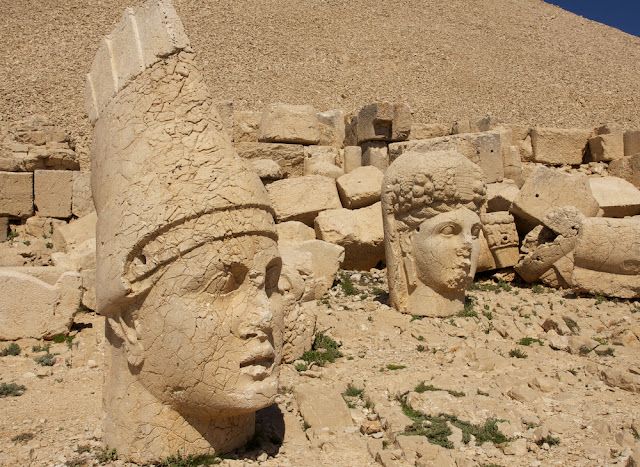 the statues with Persian hats