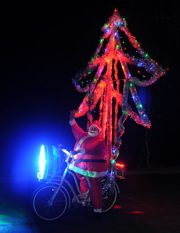 o pai natal anda de bicicleta