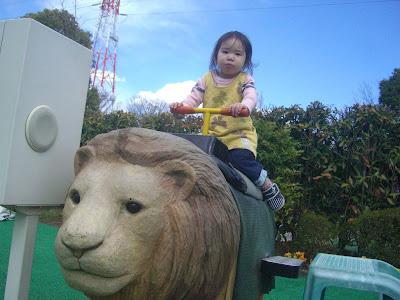 ライオンにまたがる次女