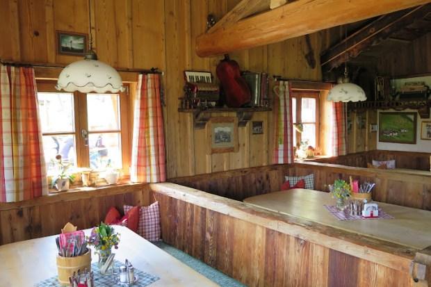 Die Hütte ist rustikal und gemütlich