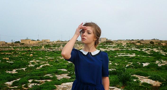 idée de tenue robe bleue, robe à col claudine, falaises de Sannat, paysage Malte Gozo, assortir une robe bleue