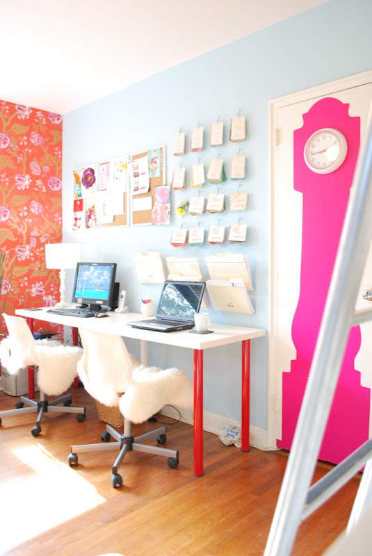 Oficina con decoración brillante