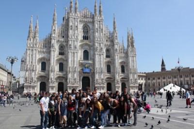 Els viatgers davant del Duomo de Milà