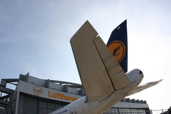 Lufthansa Technik mit dem Heck einer 747