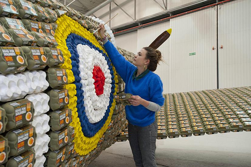 *藝術家jack munro和charlotte austen:用6500個雞蛋盒做的噴射飛機! 7