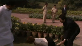 Julia Gillard falls over in India