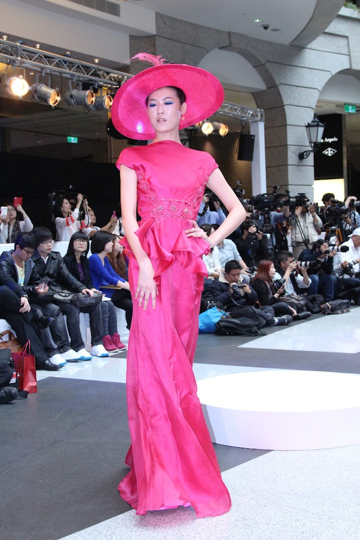 *BELLAVITA 2013春夏聯合新品發表會:Janet 一襲低胸寶藍洋裝「漫步春天」 12
