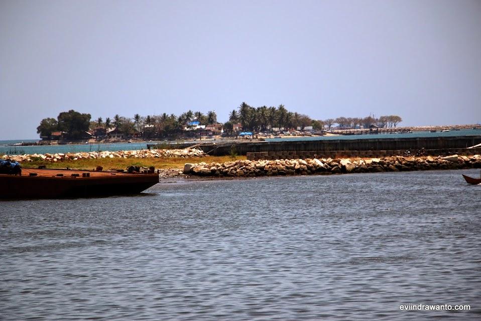 Pulau kecil di depan Pantai Losari