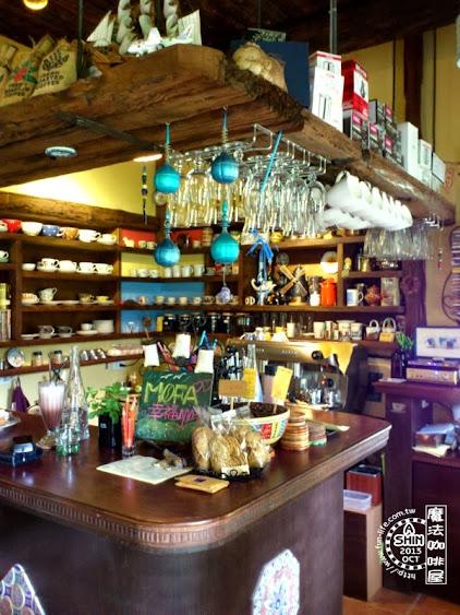 魔法咖啡屋內部不大,所以吧檯走小空間又精緻路線。