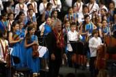 El maestro inglés Sir Simon Rattle fue condecorado por los niños músicos en escenario y al finalizar el concierto