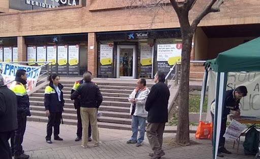 mossos tractant d'averiguar el problema