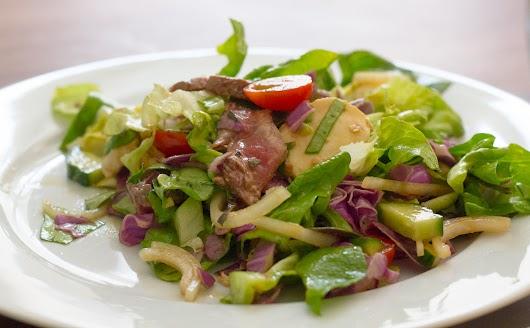Dressing med sesam og soja til salat med koldt rødt oksekød og mozzarella