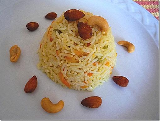 Sírvelo con nueces de la India y almendras tostadas
