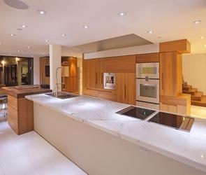 Diseño-de-cocina-de-lujo-emcimera-marmol