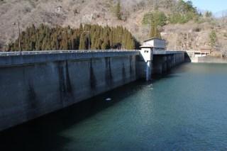 左岸よりダム湖側の堤体を臨む